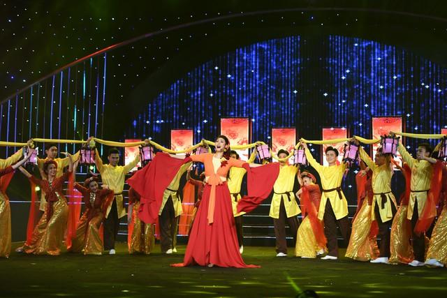 Hoa hậu Hà Kiều Anh bất ngờ khoe giọng ca trong veo - Ảnh 9.
