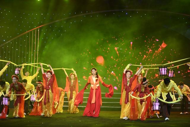 Hoa hậu Hà Kiều Anh bất ngờ khoe giọng ca trong veo - Ảnh 7.