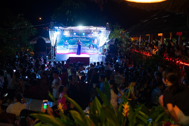 NSƯT Tố Nga nghẹn ngào trong đêm nhạc tri ân trên quê hương chị Cúc - Ảnh 3.