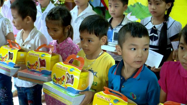 Trao học bổng cho học sinh nghèo tỉnh Hưng Yên trước thềm năm học mới - Ảnh 3.