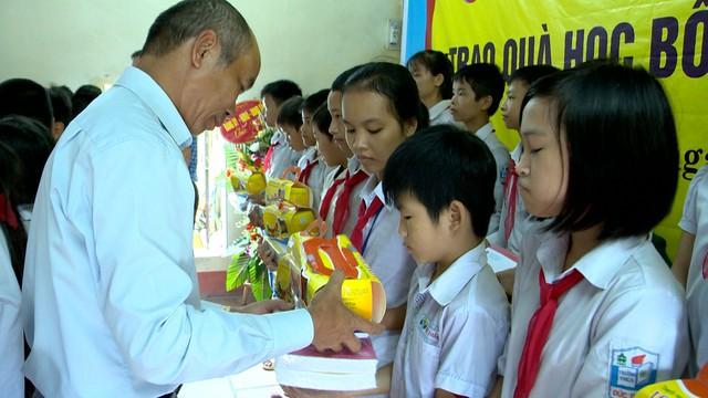 Trao học bổng cho học sinh nghèo tỉnh Hưng Yên trước thềm năm học mới - Ảnh 2.