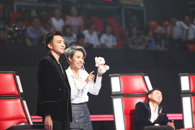 Voice of VietNam 2018: Fighting Hide the face of the button lock and lock sound - Picture 1.