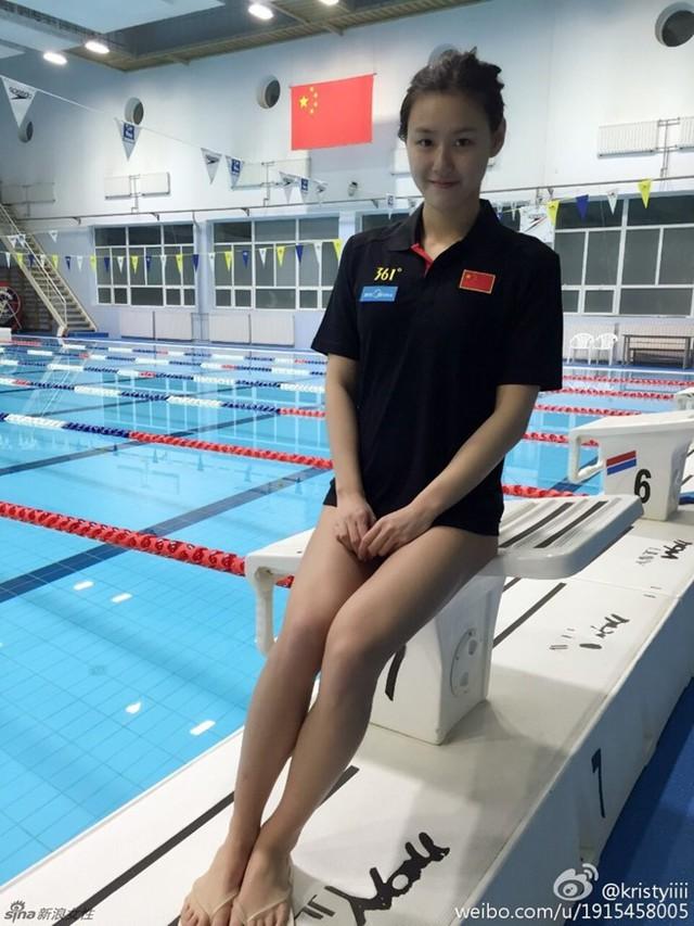 Nữ VĐV xinh đẹp Trung Quốc phá kỷ lục thế giới 50 m bơi ngửa - Ảnh 2.