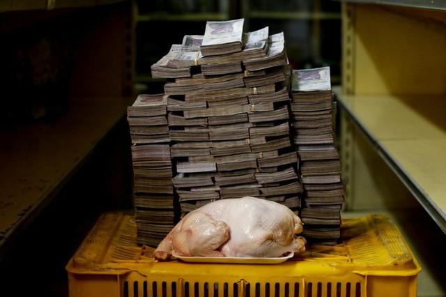 Siêu lạm phát tại Venezuela: 1kg thịt giá hơn 9 triệu Bolivar - Ảnh 1.