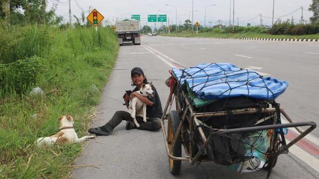 Thái Lan: Đi bộ 1.500km đưa tro cốt bạn gái lên núi - Ảnh 3.