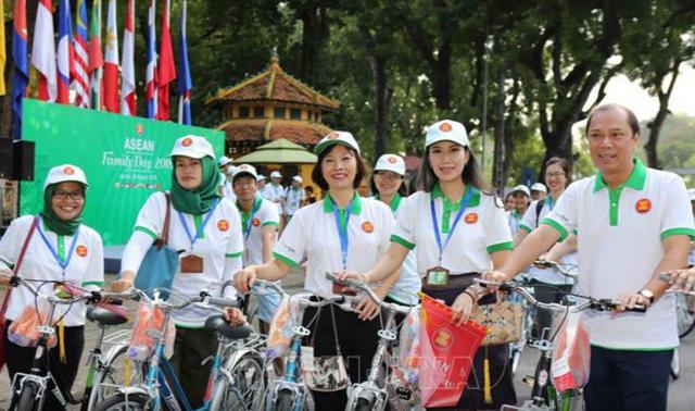 Đại sứ các nước Đông Nam Á đạp xe hữu nghị nhân Ngày Gia đình ASEAN 2018 - Ảnh 4.