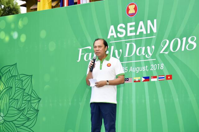 Đại sứ các nước Đông Nam Á đạp xe hữu nghị nhân Ngày Gia đình ASEAN 2018 - Ảnh 1.
