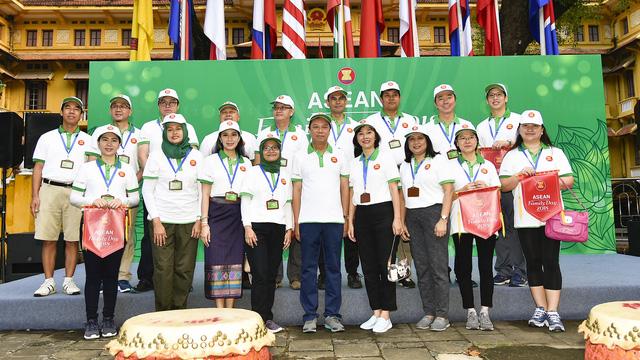 Đại sứ các nước Đông Nam Á đạp xe hữu nghị nhân Ngày Gia đình ASEAN 2018 - Ảnh 3.