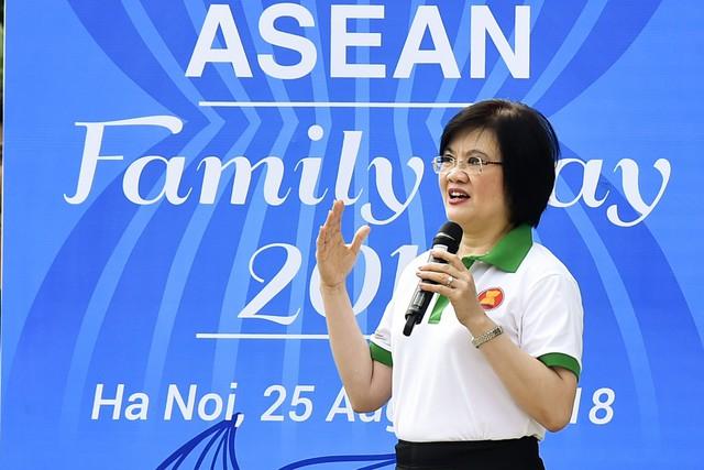 Đại sứ các nước Đông Nam Á đạp xe hữu nghị nhân Ngày Gia đình ASEAN 2018 - Ảnh 2.