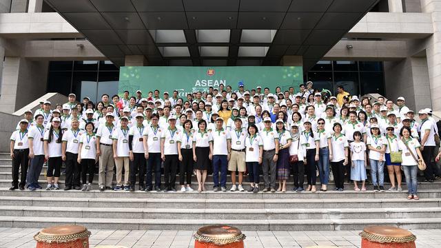 Đại sứ các nước Đông Nam Á đạp xe hữu nghị nhân Ngày Gia đình ASEAN 2018 - Ảnh 8.