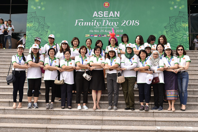 Đại sứ các nước Đông Nam Á đạp xe hữu nghị nhân Ngày Gia đình ASEAN 2018 - Ảnh 6.