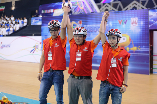Lần đầu tiên đội Việt Nam vô địch ABU Robocon trên sân nhà sau 3 lần đăng cai - Ảnh 1.
