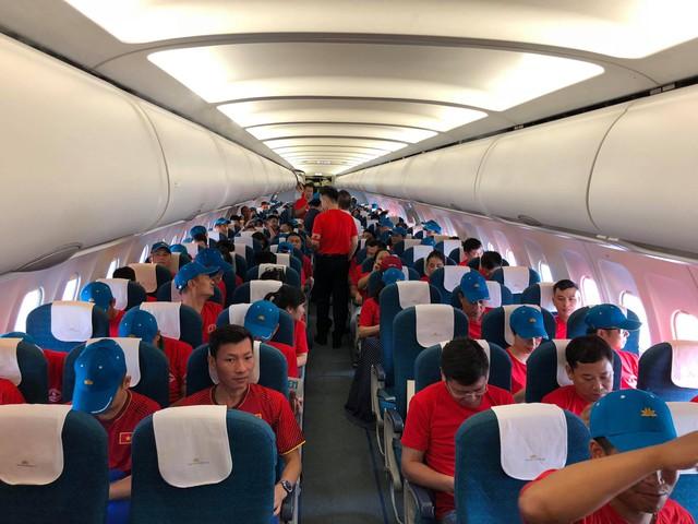 CĐV hồ hởi sang Indonesia xem Olympic Việt Nam đá tứ kết ASIAD 2018 - Ảnh 3.
