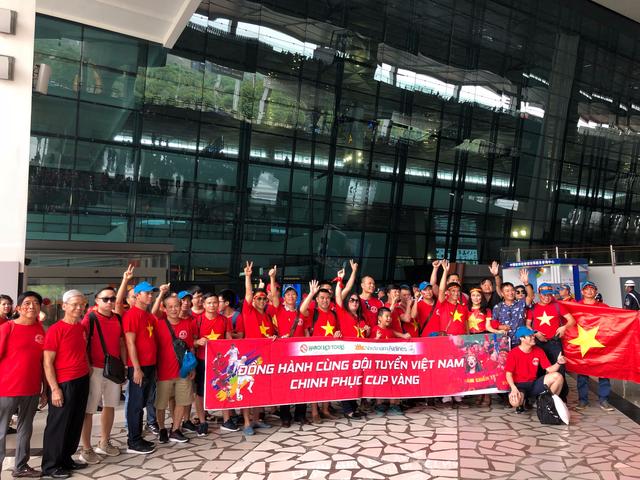 Đi từ tờ mờ sáng, hàng trăm CĐV Việt Nam sang Indonesia cổ vũ Olympic Việt Nam - Ảnh 7.