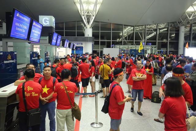 Đi từ tờ mờ sáng, hàng trăm CĐV Việt Nam sang Indonesia cổ vũ Olympic Việt Nam - Ảnh 2.