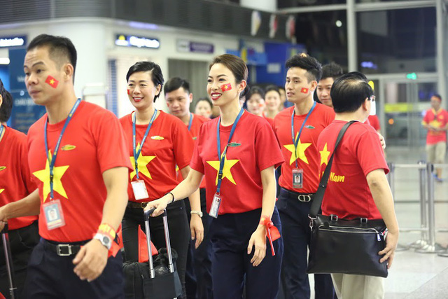 Đi từ tờ mờ sáng, hàng trăm CĐV Việt Nam sang Indonesia cổ vũ Olympic Việt Nam - Ảnh 1.