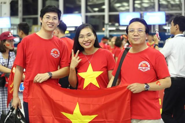 Đi từ tờ mờ sáng, hàng trăm CĐV Việt Nam sang Indonesia cổ vũ Olympic Việt Nam - Ảnh 3.