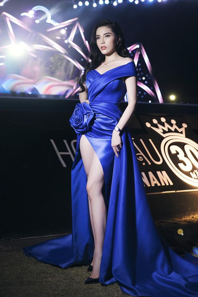 Cùng diện đầm xẻ cao táo bạo, Hoa hậu Kỳ Duyên, Đỗ Mỹ Linh khéo khoe chân thon - Ảnh 5.