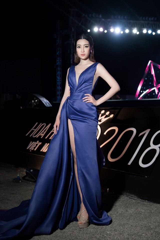 Cùng diện đầm xẻ cao táo bạo, Hoa hậu Kỳ Duyên, Đỗ Mỹ Linh khéo khoe chân thon - Ảnh 4.
