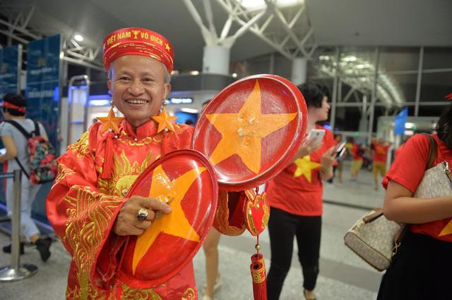 Đi từ tờ mờ sáng, hàng trăm CĐV Việt Nam sang Indonesia cổ vũ Olympic Việt Nam - Ảnh 4.