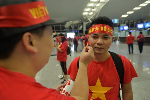 Đi từ tờ mờ sáng, hàng trăm CĐV Việt Nam sang Indonesia cổ vũ Olympic Việt Nam - Ảnh 5.