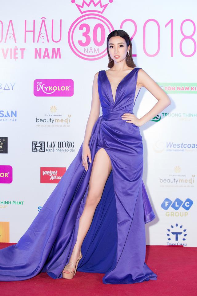Cùng diện đầm xẻ cao táo bạo, Hoa hậu Kỳ Duyên, Đỗ Mỹ Linh khéo khoe chân thon - Ảnh 2.