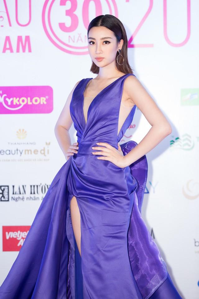 Cùng diện đầm xẻ cao táo bạo, Hoa hậu Kỳ Duyên, Đỗ Mỹ Linh khéo khoe chân thon - Ảnh 1.