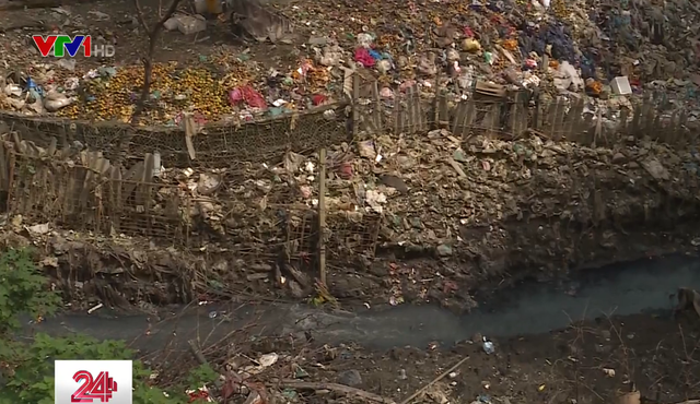 Chân cầu Long Biên ngập ngụa rác do mưa lớn kéo dài - Ảnh 1.