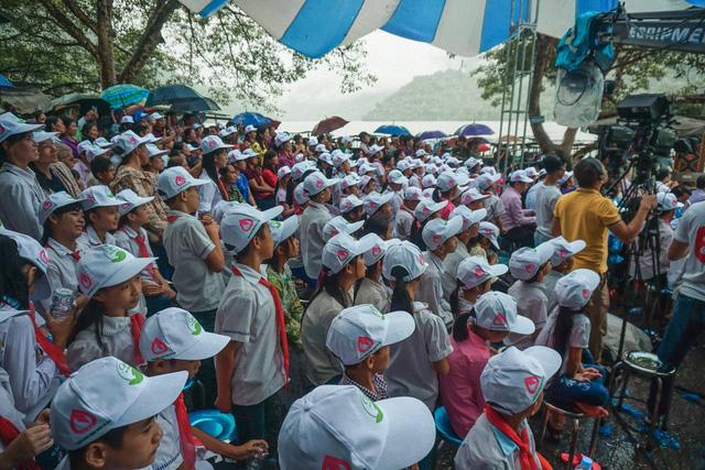Ca sĩ Tùng Dương vượt mưa gió đến với hành trình Cặp lá yêu thương tại Bắc Kạn - Ảnh 3.