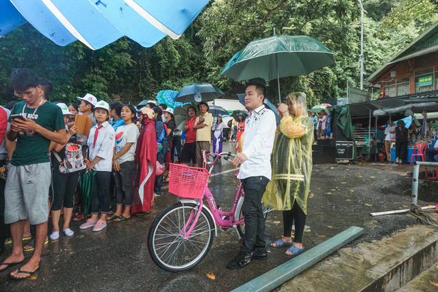 Ca sĩ Tùng Dương vượt mưa gió đến với hành trình Cặp lá yêu thương tại Bắc Kạn - Ảnh 5.