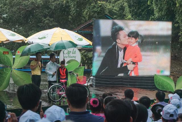 Ca sĩ Tùng Dương vượt mưa gió đến với hành trình Cặp lá yêu thương tại Bắc Kạn - Ảnh 1.