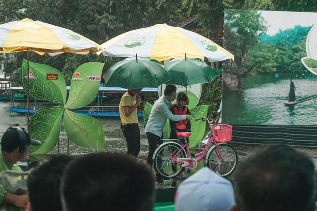 Ca sĩ Tùng Dương vượt mưa gió đến với hành trình Cặp lá yêu thương tại Bắc Kạn - Ảnh 4.