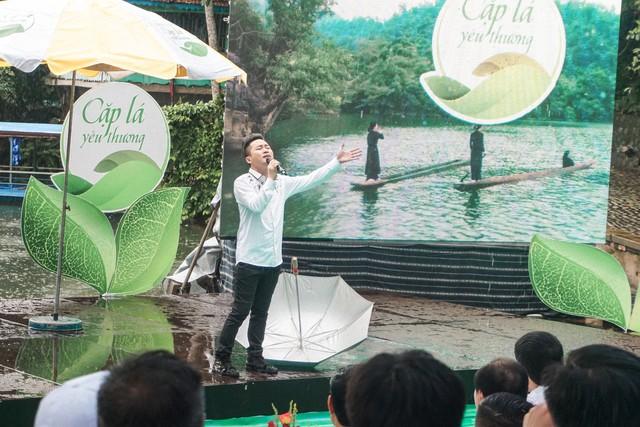 Ca sĩ Tùng Dương vượt mưa gió đến với hành trình Cặp lá yêu thương tại Bắc Kạn - Ảnh 2.