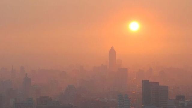 Con người sẽ sống sót như thế nào nếu Trái Đất nóng thêm 2 độ C? - Ảnh 1.