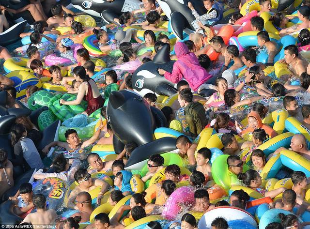 Trung Quốc: Công viên nước quá tải do nắng nóng - Ảnh 8.