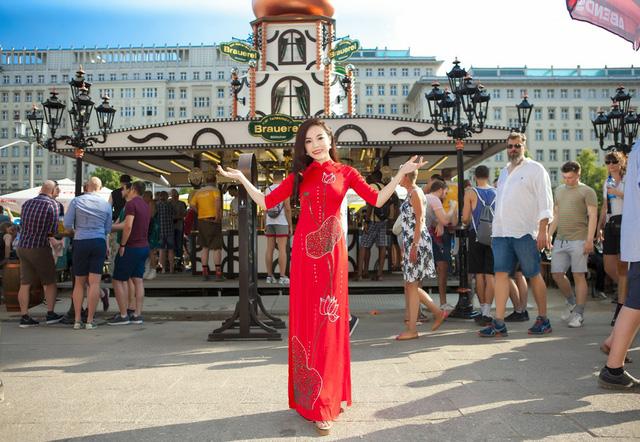 Sao mai Mai Diệu Ly diện áo dài đỏ rực hát tại lễ hội bia quốc tế Berlin - Ảnh 4.