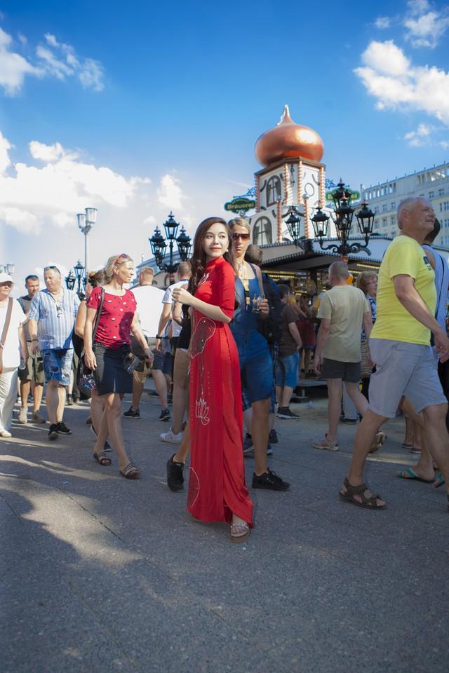 Sao mai Mai Diệu Ly diện áo dài đỏ rực hát tại lễ hội bia quốc tế Berlin - Ảnh 3.