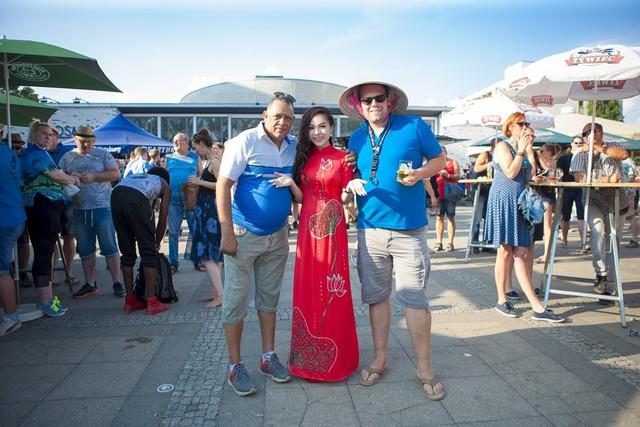 Sao mai Mai Diệu Ly diện áo dài đỏ rực hát tại lễ hội bia quốc tế Berlin - Ảnh 1.