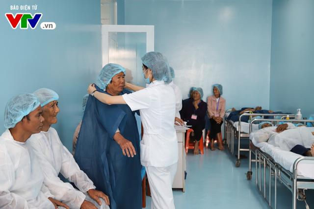 Phẫu thuật mắt miễn phí cho người cao tuổi vùng sâu vùng xa - Ảnh 2.