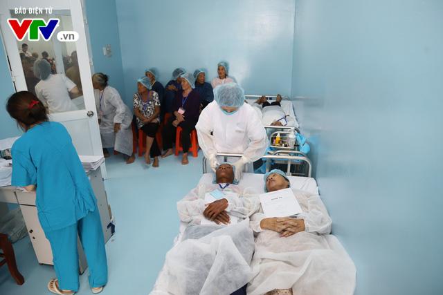 Phẫu thuật mắt miễn phí cho người cao tuổi vùng sâu vùng xa - Ảnh 3.