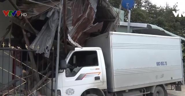 Kiên Giang: Xe tải mất lái đâm vào nhà dân - Ảnh 1.