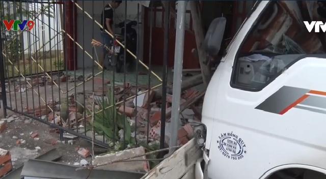 Kiên Giang: Xe tải mất lái đâm vào nhà dân - Ảnh 2.