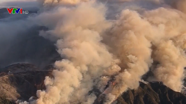 Cháy rừng lan rộng tại Mỹ: Ít nhất 7 người chết, hơn 1.000 ngôi nhà bị thiêu rụi - Ảnh 2.