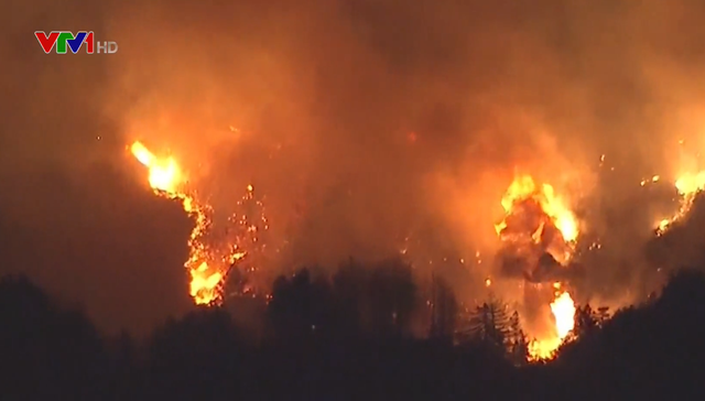 Cháy rừng lan rộng tại Mỹ: Ít nhất 7 người chết, hơn 1.000 ngôi nhà bị thiêu rụi - Ảnh 1.