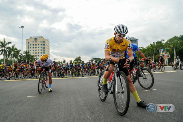 ẢNH: Những khoảnh khắc ấn tượng chặng 9 Giải xe đạp quốc tế VTV Cúp Tôn Hoa Sen 2018 - Ảnh 1.
