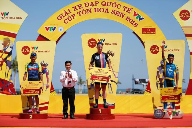 ẢNH: Những khoảnh khắc ấn tượng chặng 9 Giải xe đạp quốc tế VTV Cúp Tôn Hoa Sen 2018 - Ảnh 12.