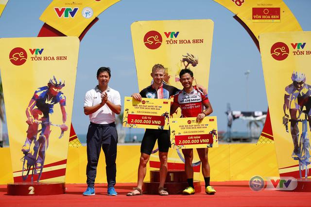 ẢNH: Những khoảnh khắc ấn tượng chặng 9 Giải xe đạp quốc tế VTV Cúp Tôn Hoa Sen 2018 - Ảnh 14.