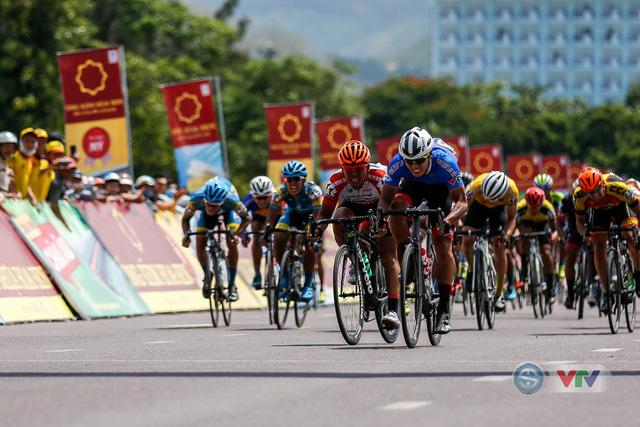 ẢNH: Những khoảnh khắc ấn tượng chặng 9 Giải xe đạp quốc tế VTV Cúp Tôn Hoa Sen 2018 - Ảnh 9.