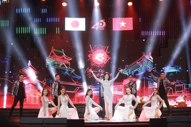 Đông Nhi đẹp tựa nữ thần tại Nhạc hội Việt - Nhật 2018 - Ảnh 7.
