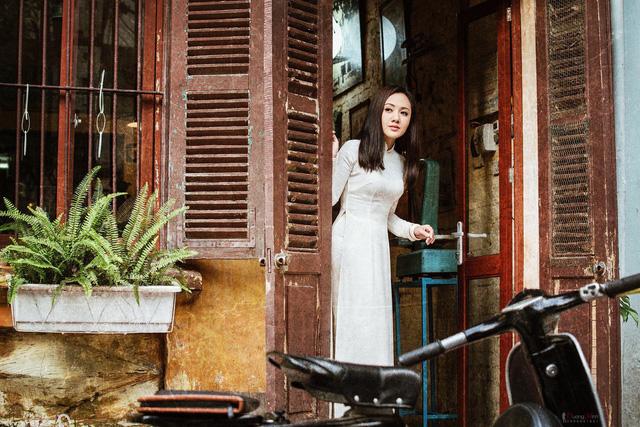 BTV Hoài Anh đẹp dịu dàng trong tà áo dài trắng tinh khôi - Ảnh 1.
